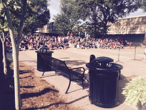A crowd listens to student music on Patriot Avenue. Photo by Jacob Aron