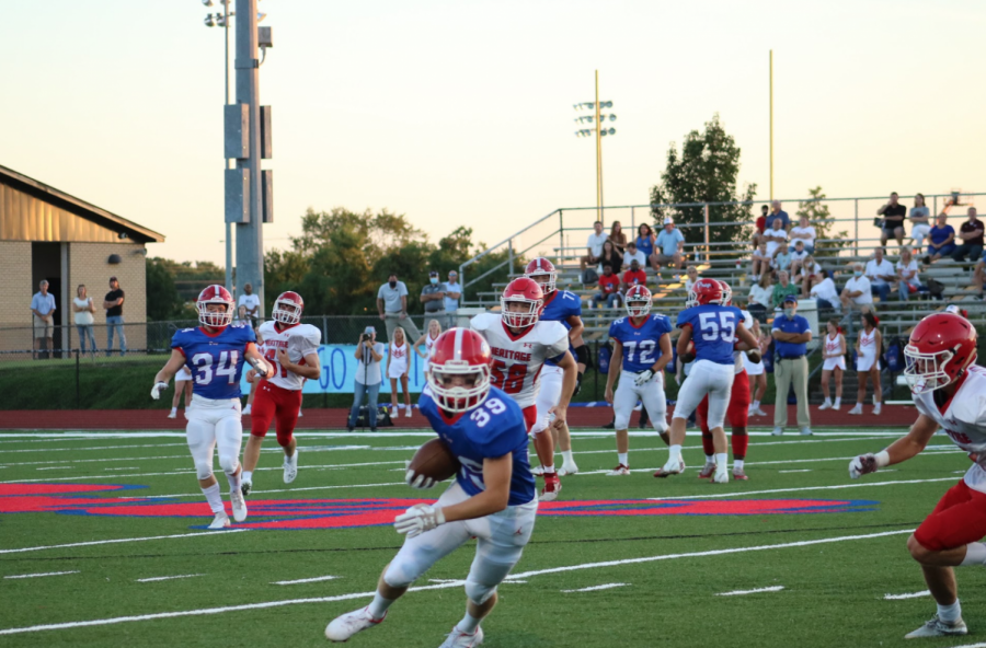 Mills Murphy moves his eyes up the field after catching a first quarter pass. Photo by Lilly Flowers